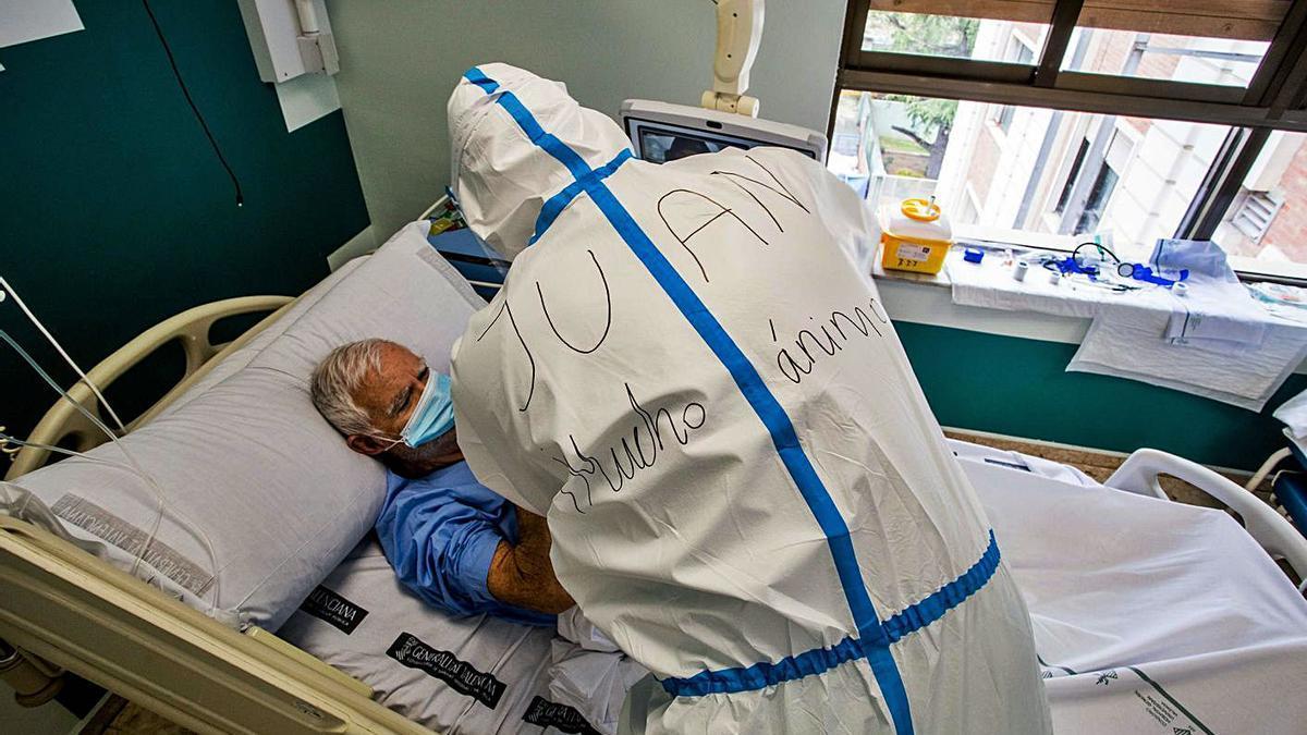 Un paciente covid-19 ingresado en el Hospital General de València en lo peor de la pandemia. | F. BUSTAMANTE