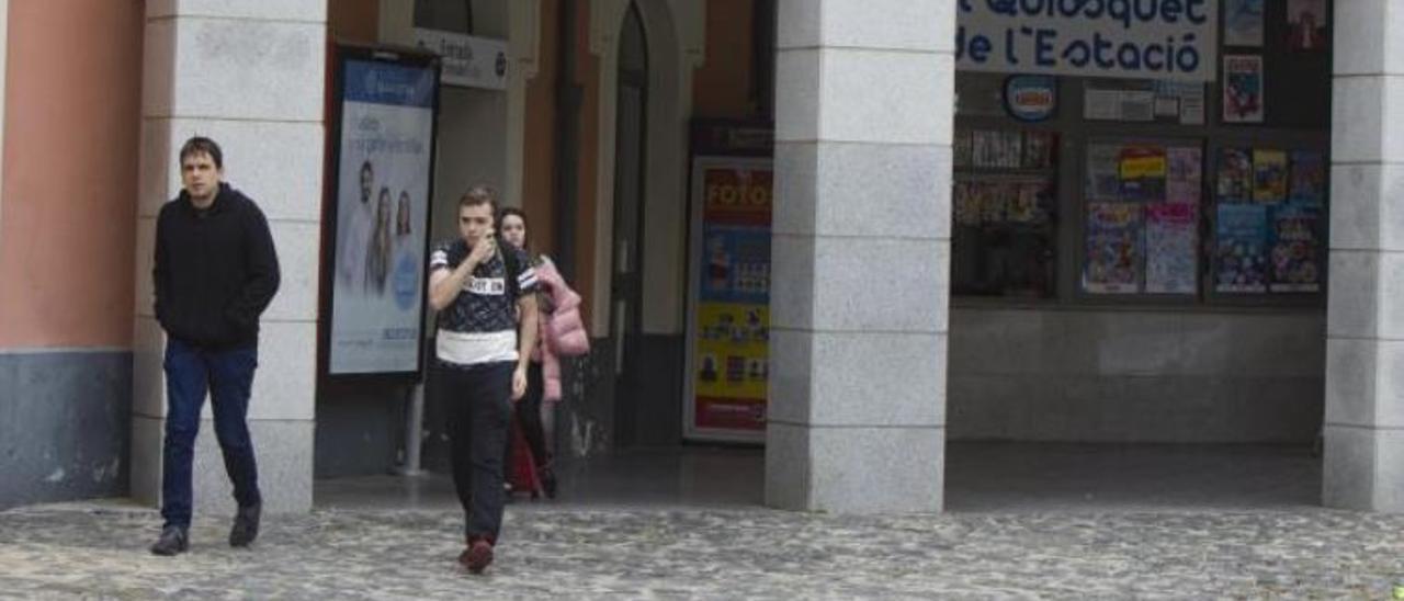 Usuarios saliendo de la estación, en una foto de archivo.   PERALES IBORRA