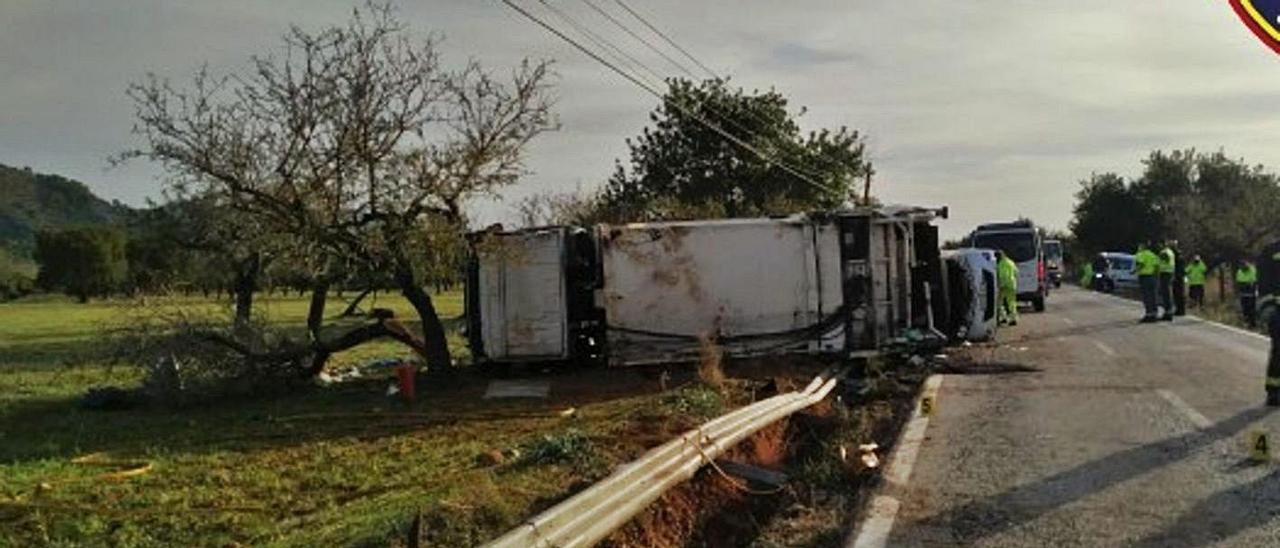 El camión volcó entre s'Esgleieta y Palmanyola.