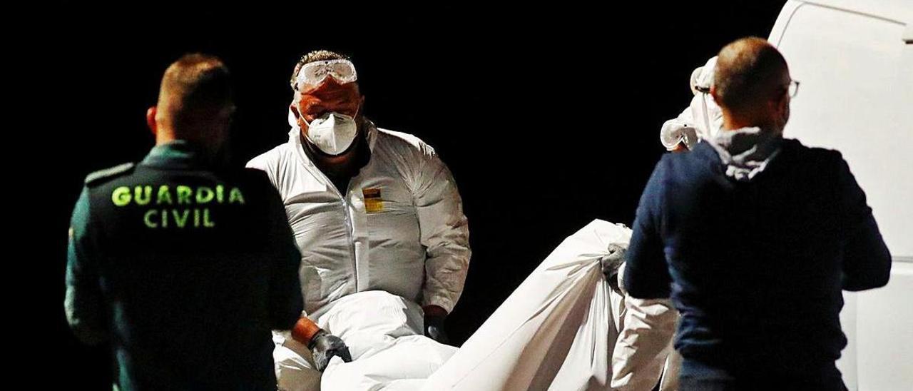 Rescate de uno de los cadáveres el pasado 11 de abril en El Hierro.
