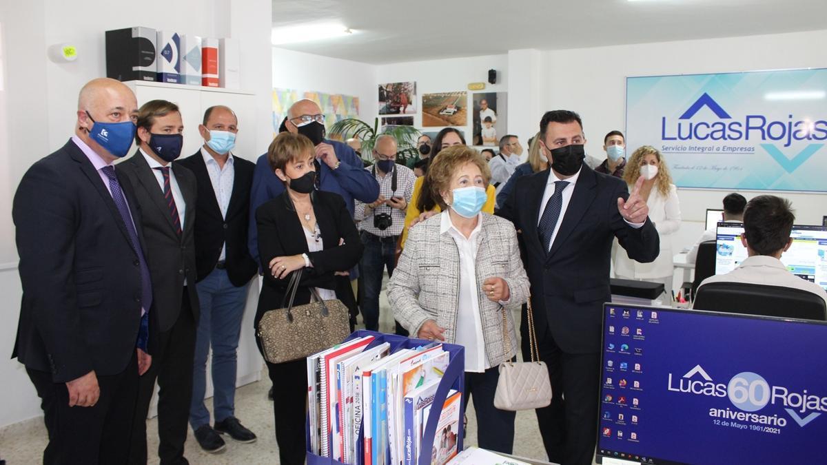 Visita. Tomas Rojas y Mercedes López, acompañados de autoridades asistentes a la celebración del 60 aniversario de la compañía