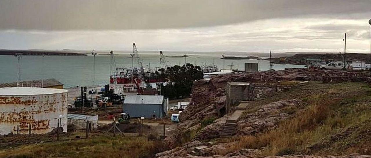 Flota pesquera, amarrada este jueves en Puerto Deseado, en la provincia argentina de Santa Cruz.