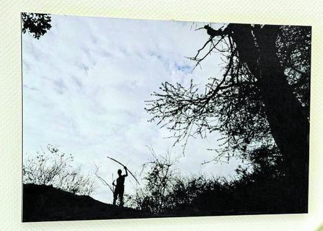 Uno de los asistentes a la inauguración observa una de las fotos de Cristóbal García. | |LP / DLP