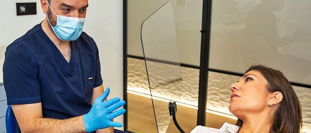 Una clínica odontológica con la mampara fabricada por la empresa asturiana.