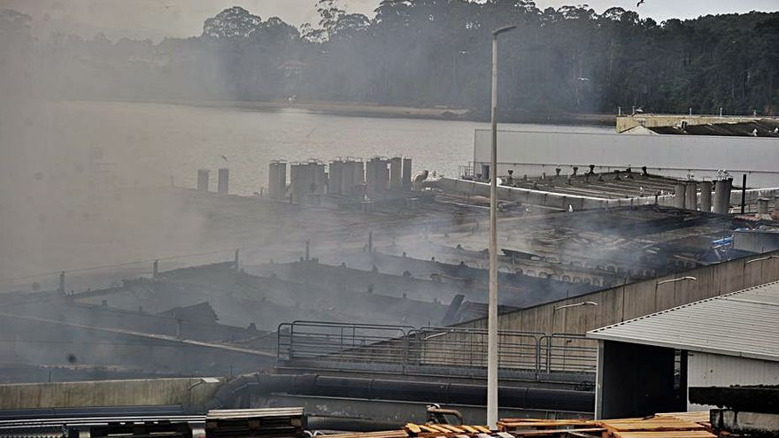 Los bomberos continúan en la zona del incendio en Jealsa