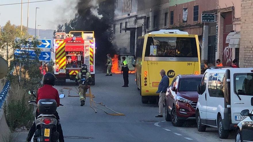 Arde una furgoneta de Amazon en el Polígono Cabezo Cortao