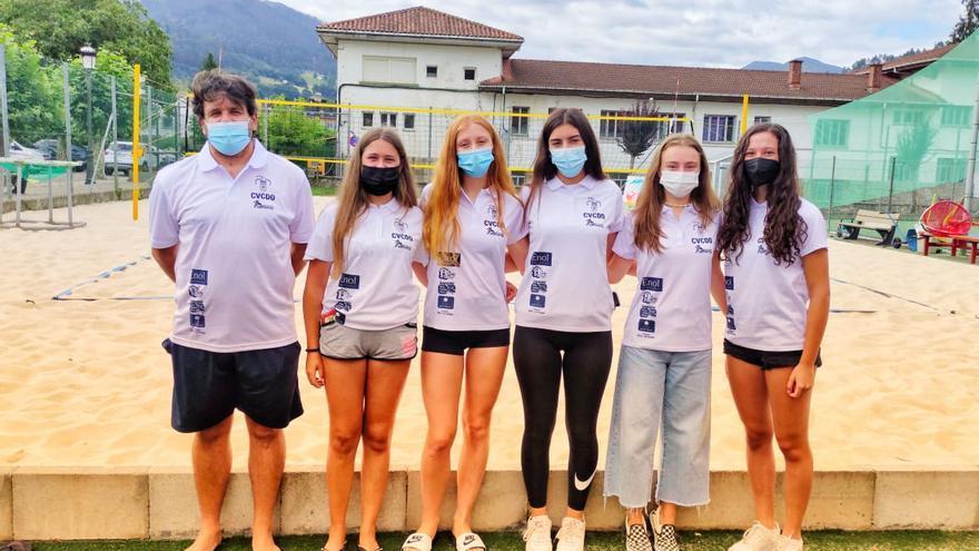 Las chicas cadetes del CV Cangas de Onís rumbo al Campeonato de España de Vóley-Playa, en Lorca (Murcia)