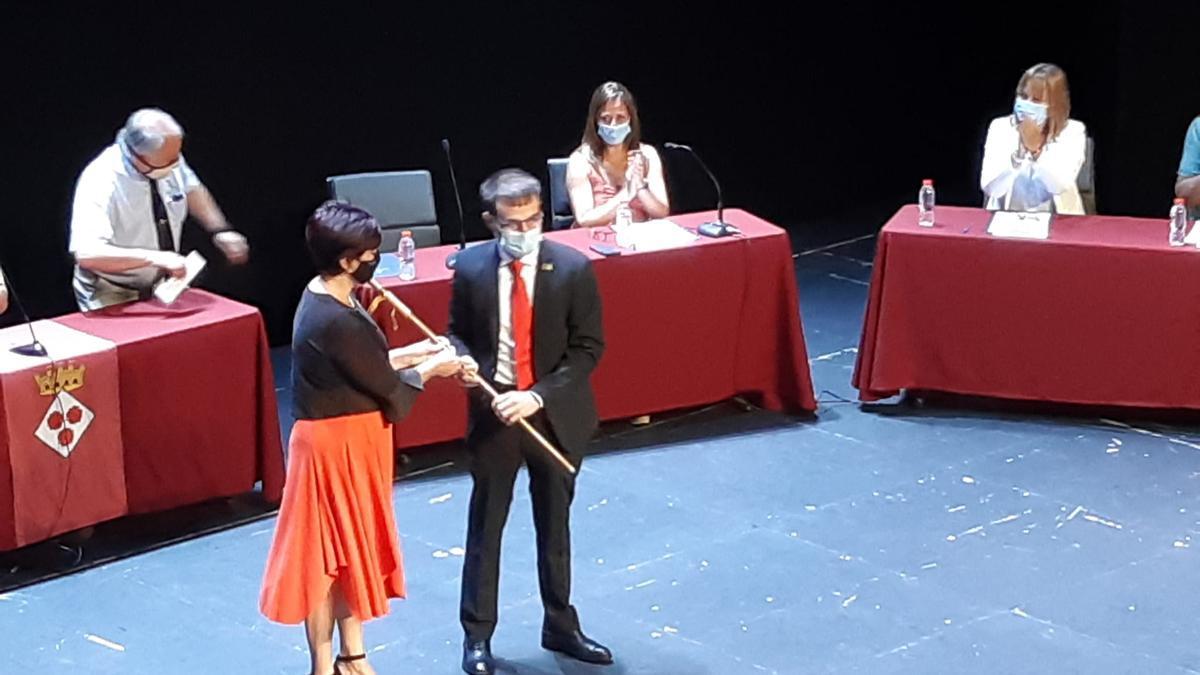 Montse Mindan i Joan Plana han sintonitzat en els colors de la seva indumentària -vermell i negre- en el ple del relleu a l'alcaldia