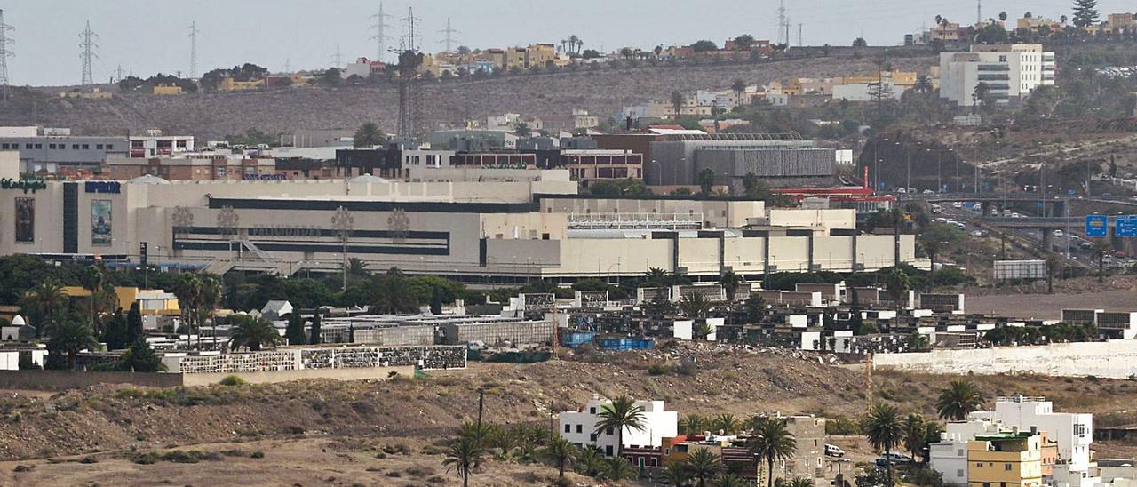 Vista panorámica de los terrenos de Lomo Bravo por donde discurrirá el nuevo vial de acceso al cementerio de San Lázaro.     JOSÉ CARLOS GUERRA