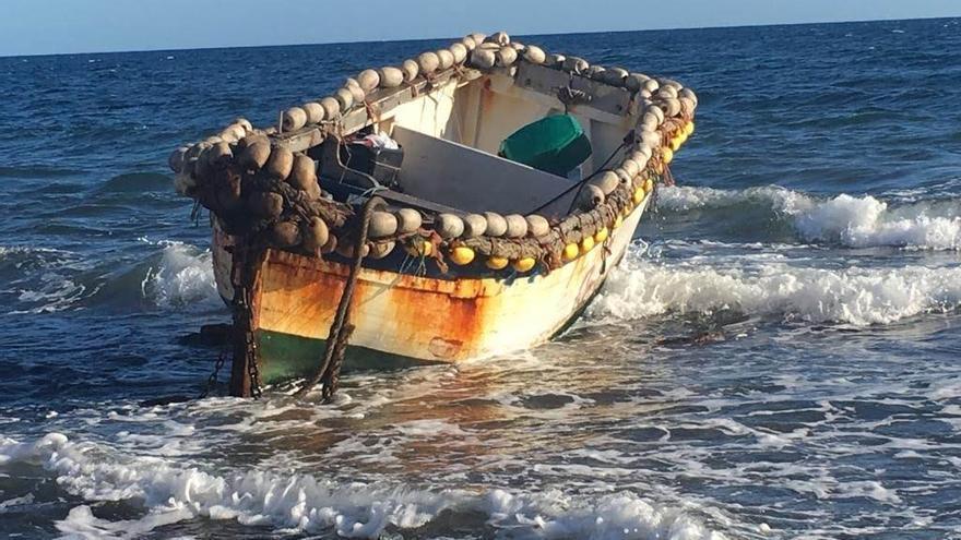 Interceptan a cinco migrantes ocupantes de una patera localizada en Cala Esmeralda
