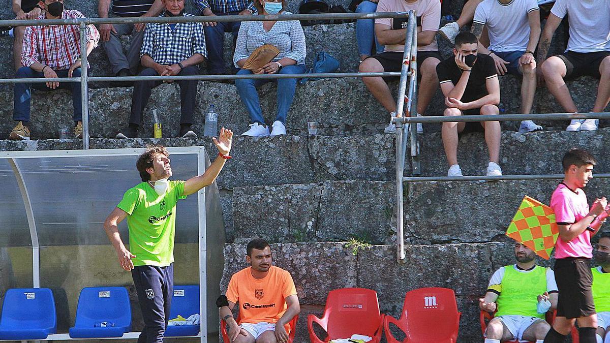 Juanjo Vilachá, dando instrucciones al equipo durante el partido ante la UD Barbadás. |  // IÑAKI OSORIO