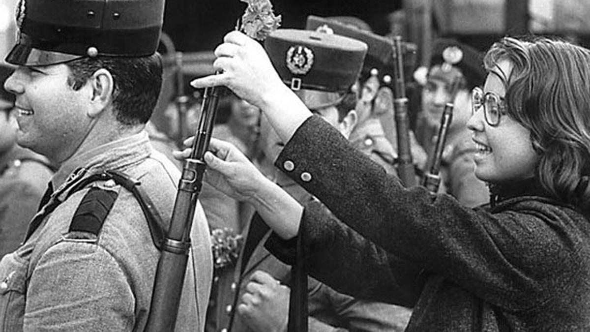 Una fotografía para la historia | Lisboa, 25 de abril de 1974. Una joven coloca un clavel en el fusil de un soldado.