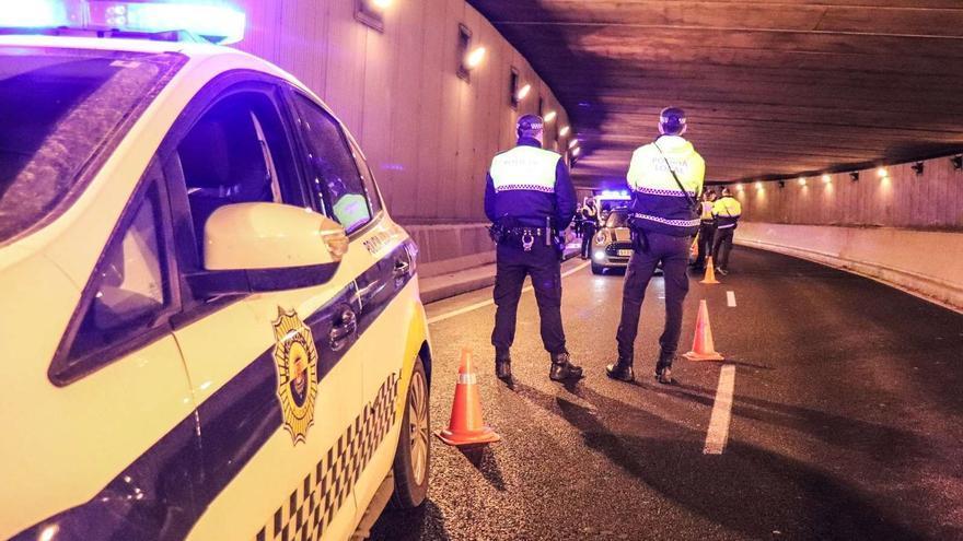 La Policía Local disuelve un botellón y ocho fiestas dentro  de viviendas  en Alicante