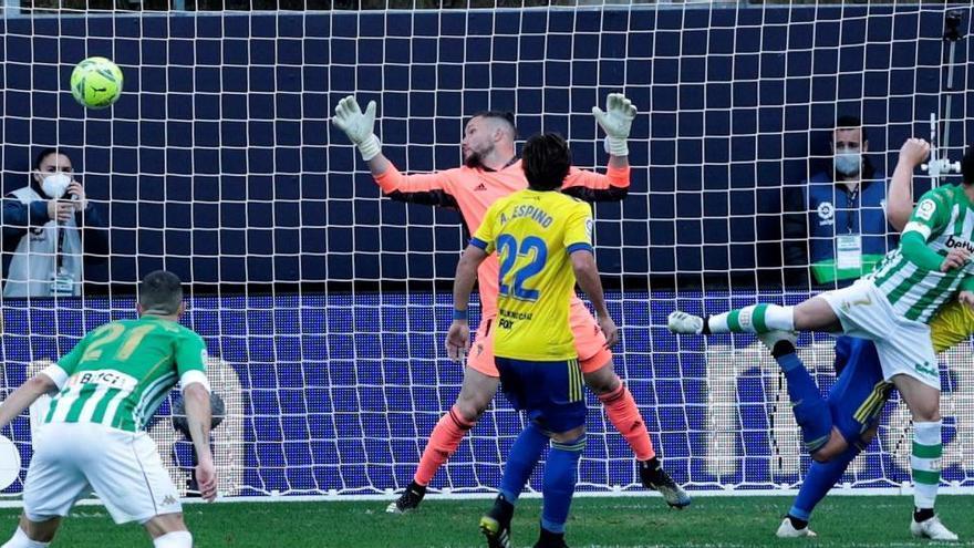 El Betis vence al Cádiz con un gol a seis minutos del final
