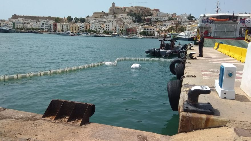 Una moto cae al puerto de Ibiza y obliga a paralizar el tráfico marítimo