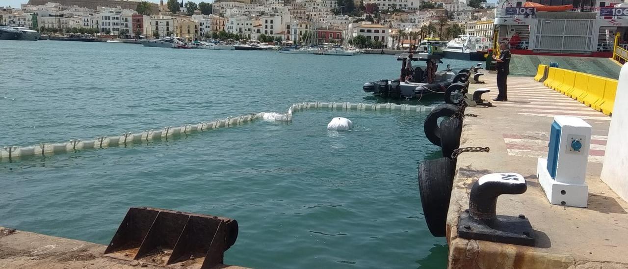 Cae una moto al mar del puerto de Ibiza