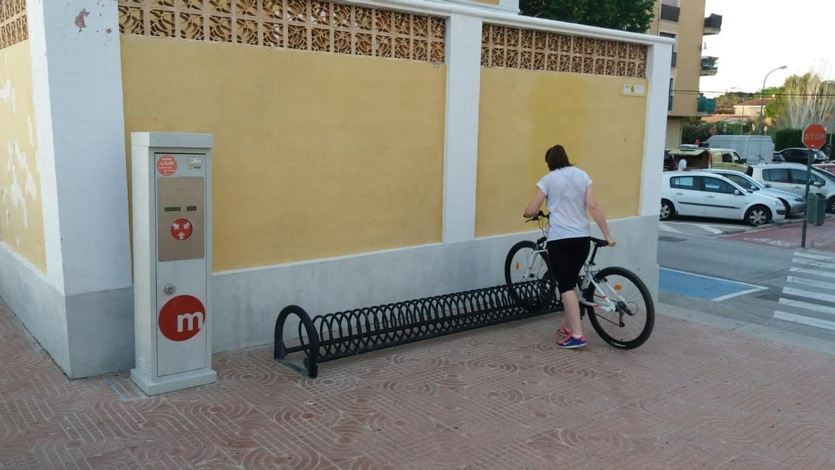 Movilidad instala dos aparcabicis en las estaciones de metro de Alboraia-Peris Aragó y Quart de Poblet