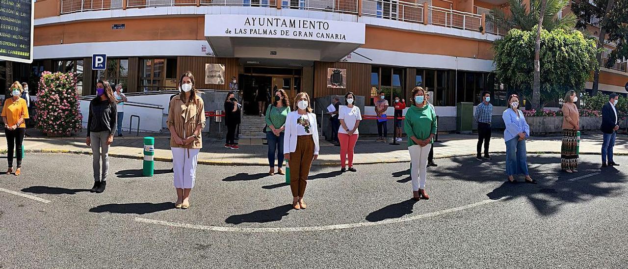 Minuto de silencio en el Ayuntamiento de Las Palmas de Gran Canaria por la muerte de Josefina, de 85 años.