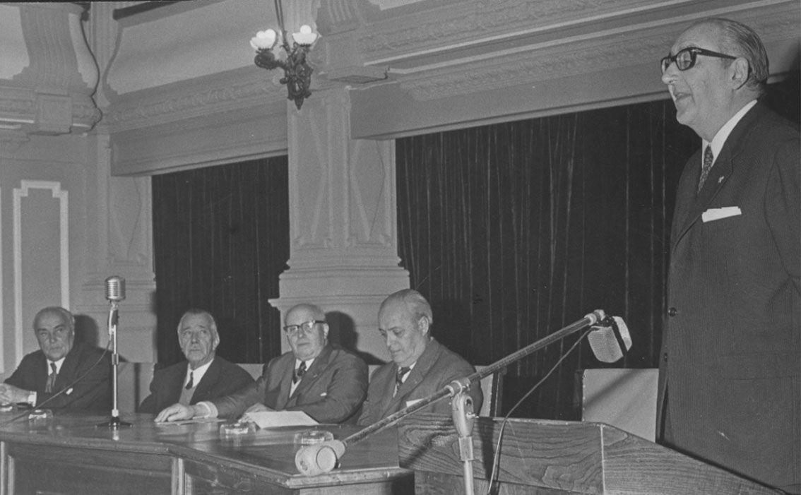 Álvaro Cunqueiro durante una conferencia en el Círculo en 1980_Magar.jpg
