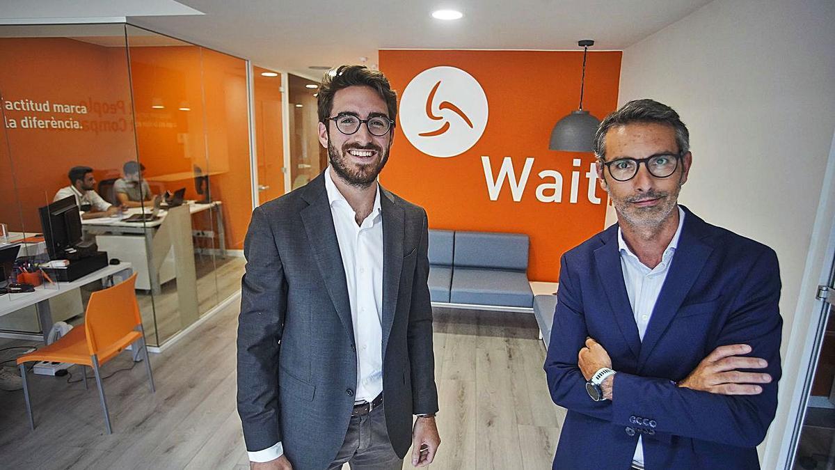 Àlex Sanabras i el director financer Joan Vila, a l'oficina de Marlex al centre de Girona.    MARC MARTÍ