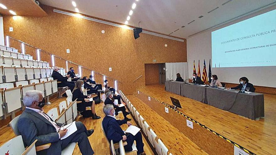 El alcalde recaba opiniones de los profesionales sobre el PGOU