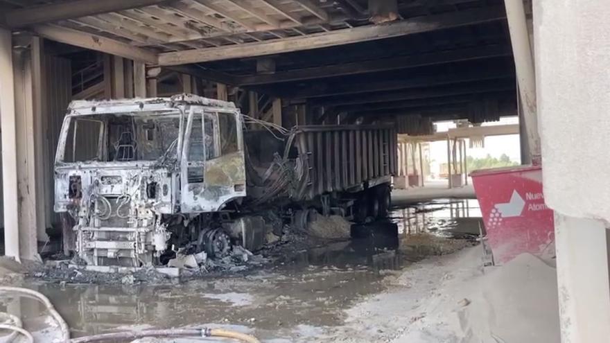 Susto al arder un camión mientras lo cargaban en una empresa de Cabanes