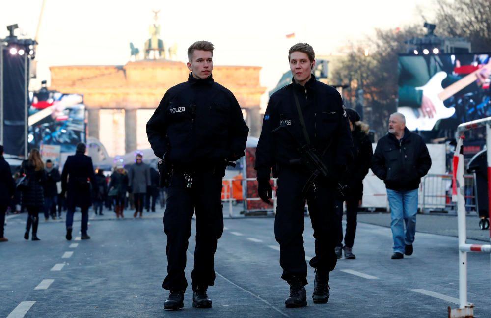 La Policía germana vigila la Puerta de Brandenburgo.