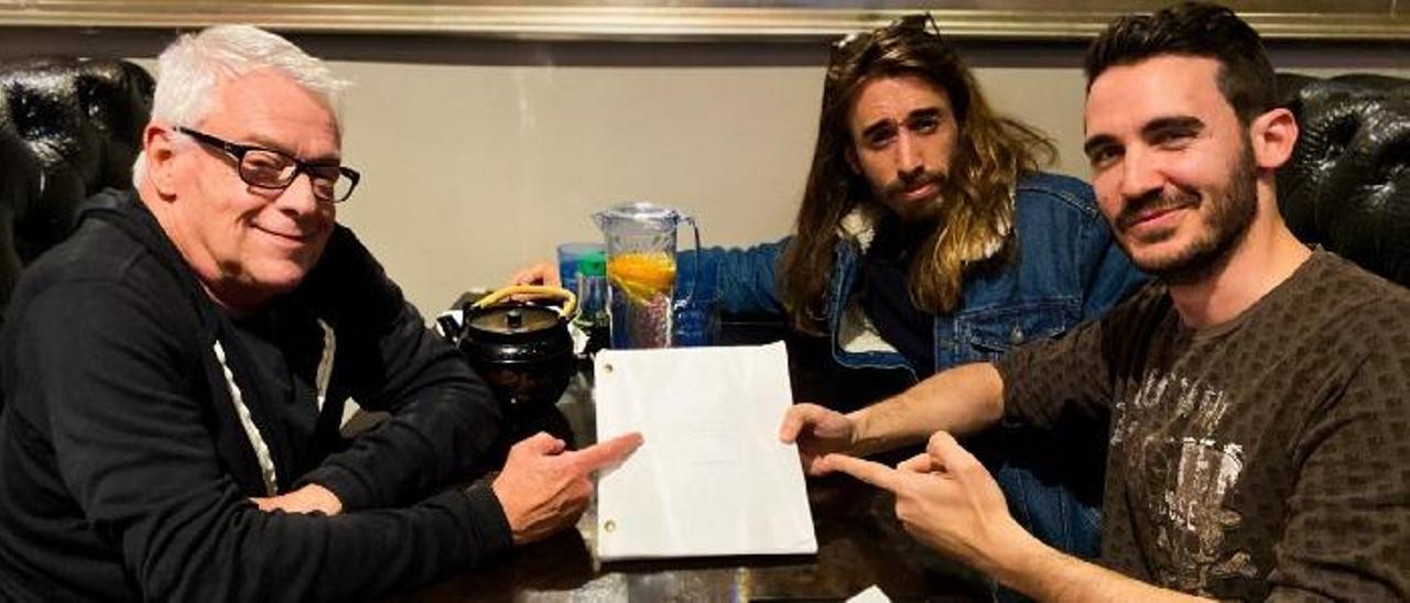 A la izquierda, Cleve Jones; a la derecha Pablo Riquelme y Borja Moreno, co-guionista