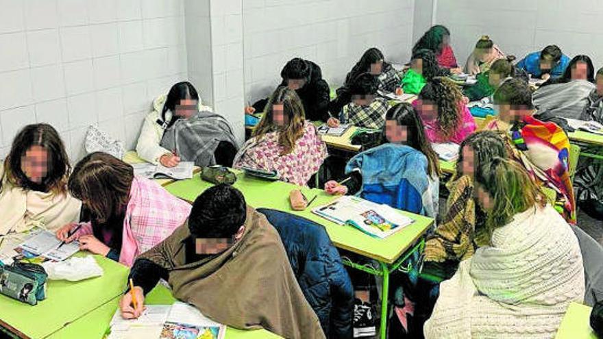 Sin calefacción y con mantas en las clases de un instituto de Valencia