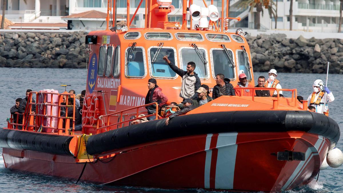 Equipo de Salvamento Marítimo e inmigrantes en una de las embarcaciones salvamar.