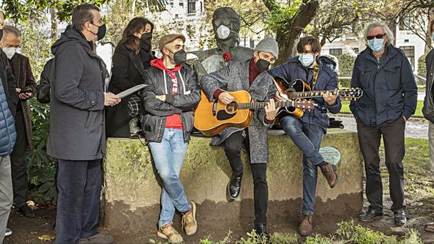 Homenaje al músico John Lennon en los jardines de Méndez Núñez por el 40 aniversario de su muerte