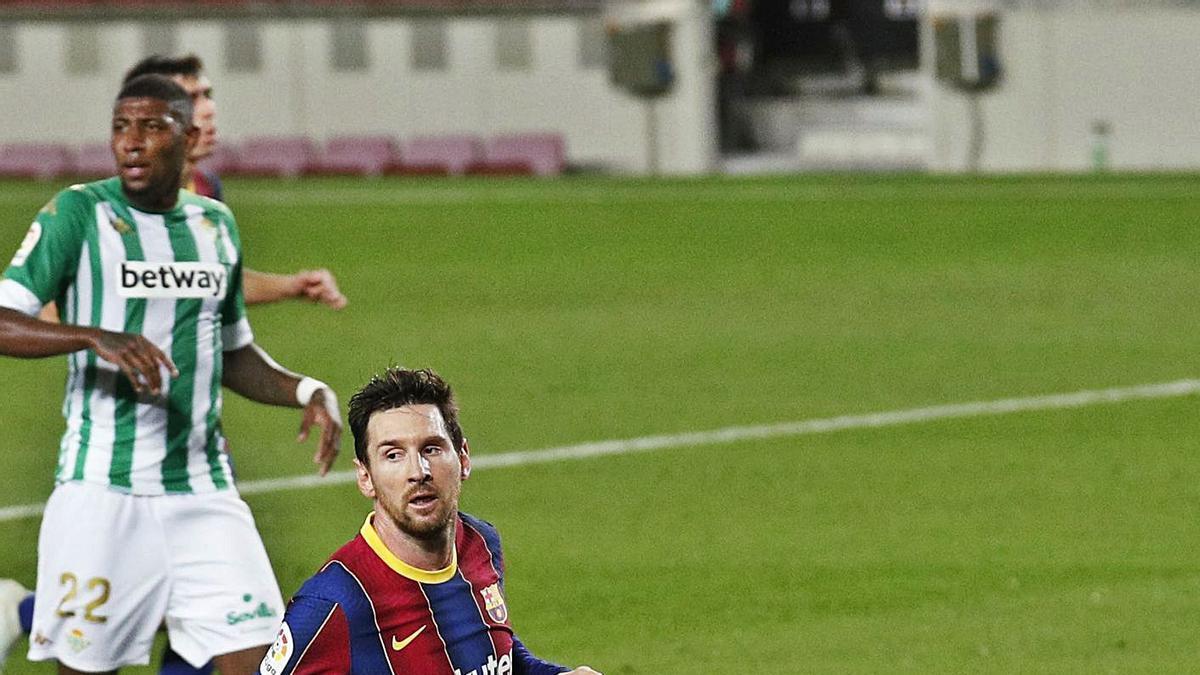 Messi, después de superar a Bravo para marcar el cuarto gol del Barcelona.    // REUTERS
