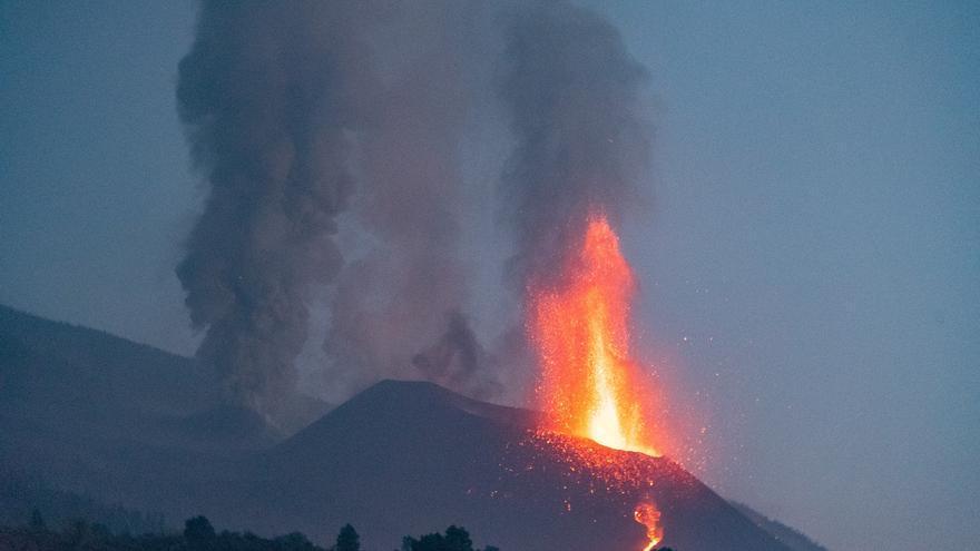 El volcán de La Palma retoma su fase explosiva tras un fin de semana lleno de actividad sísmica