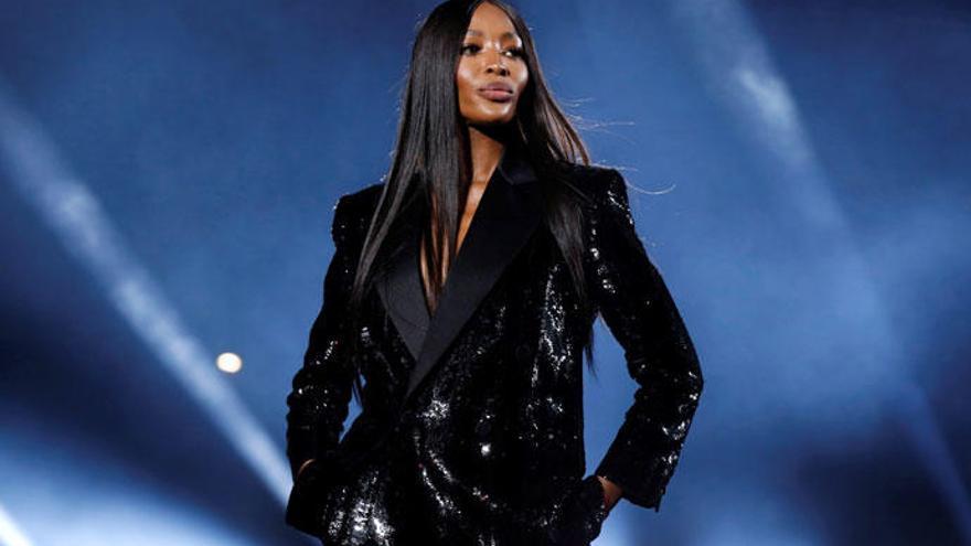 Naomi Campbell desata la indignación con su vestido 'tiroteado'