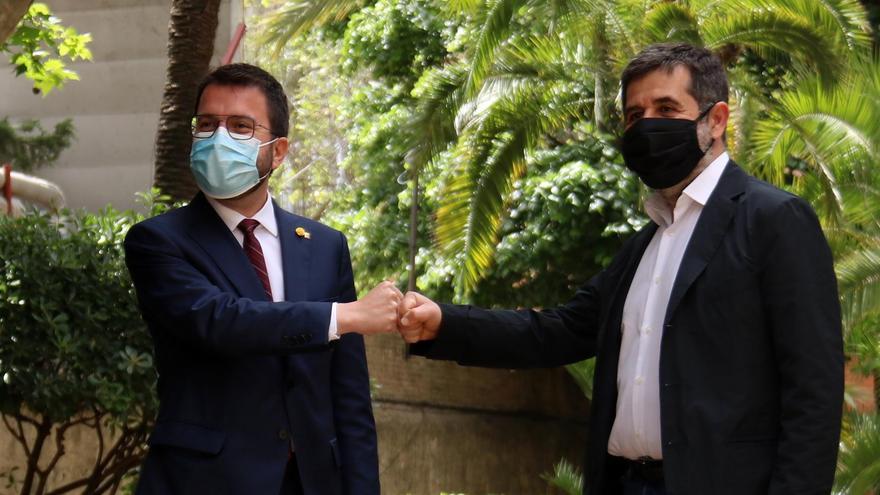 Els dirigents d'ERC Pere Aragonès i de Junts Jordi Sànchez xocant els punys celebrant l'acord de govern de coalició