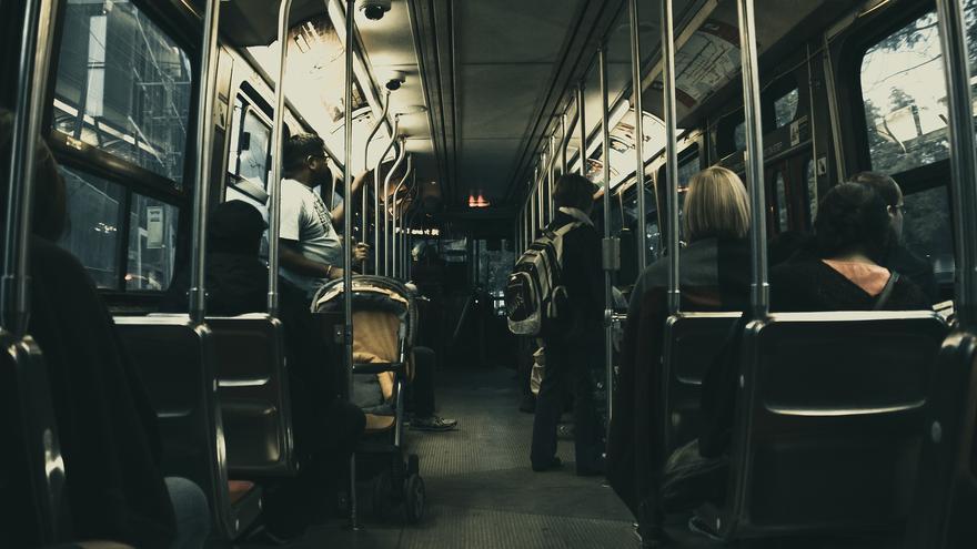 Detenida por apuñalar a una mujer en un autobús porque abrió la ventanilla
