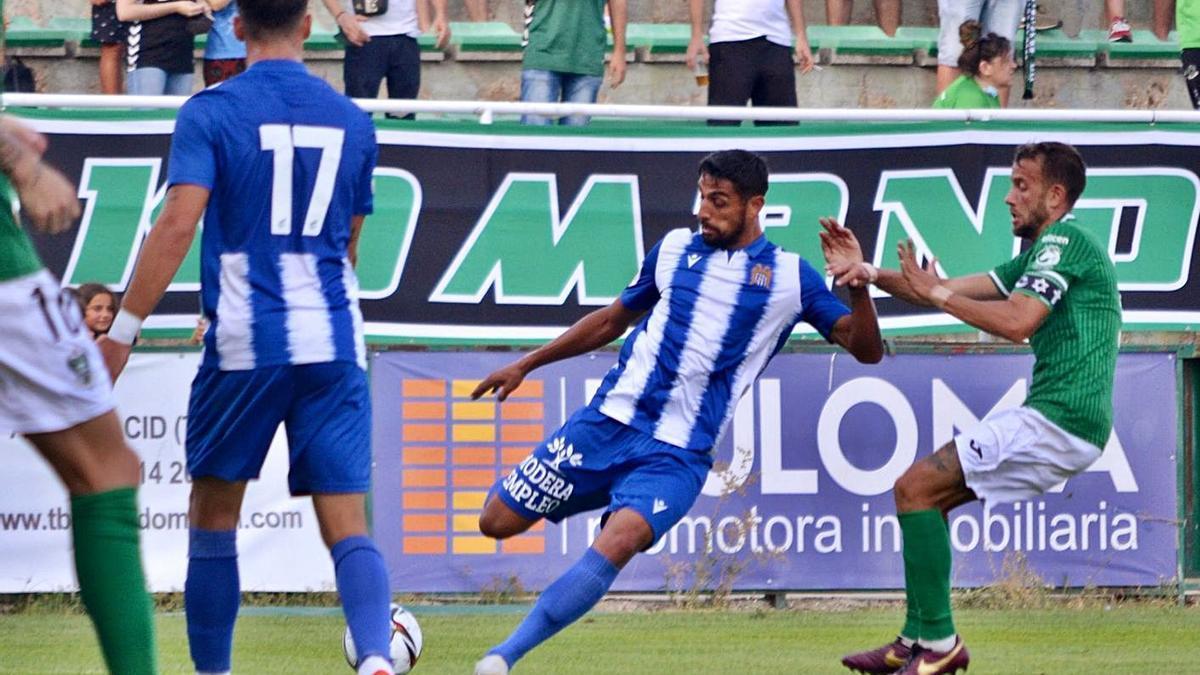 Gafoor se dispone a golpear el balón en el choque de ayer. | PRENSA ÁGUILAS FC