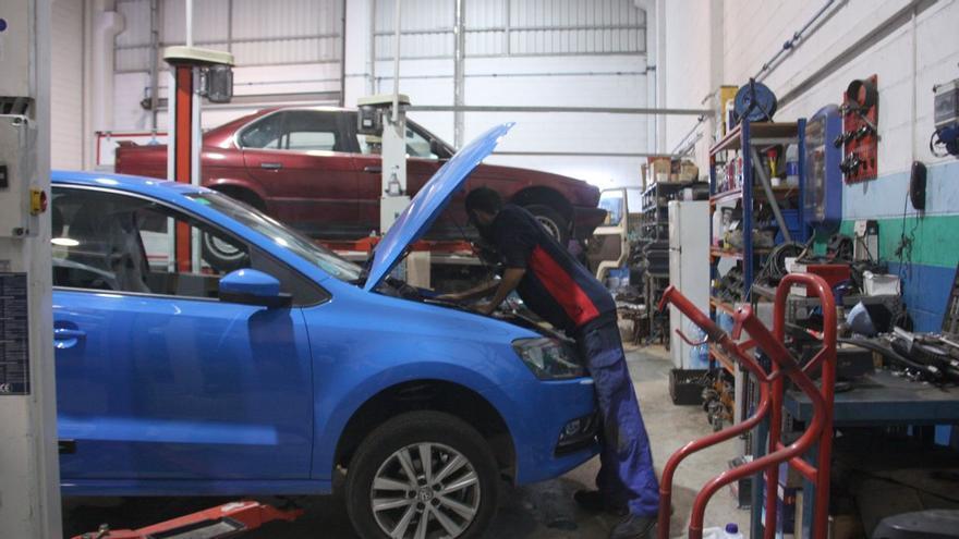 La falta de recanvis als tallers gironins provoca retards de fins a 5 mesos en la reparació de vehicles