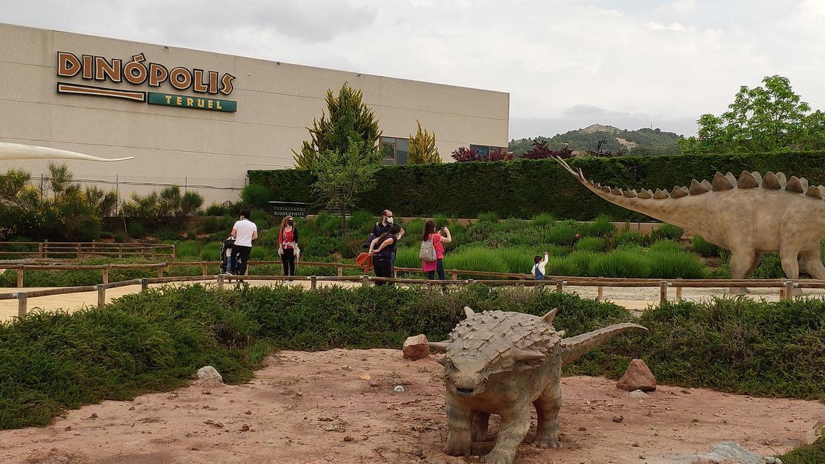 Varias familias visitan el parque de Dinópolis este fin de semana