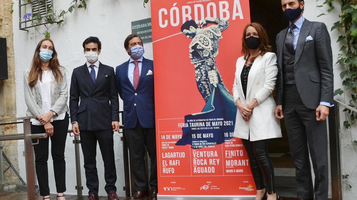 Paula Badanelli, Lagartijo, José María Garzón, Marian Aguilar y Finito de Córdoba, ante el cartel.