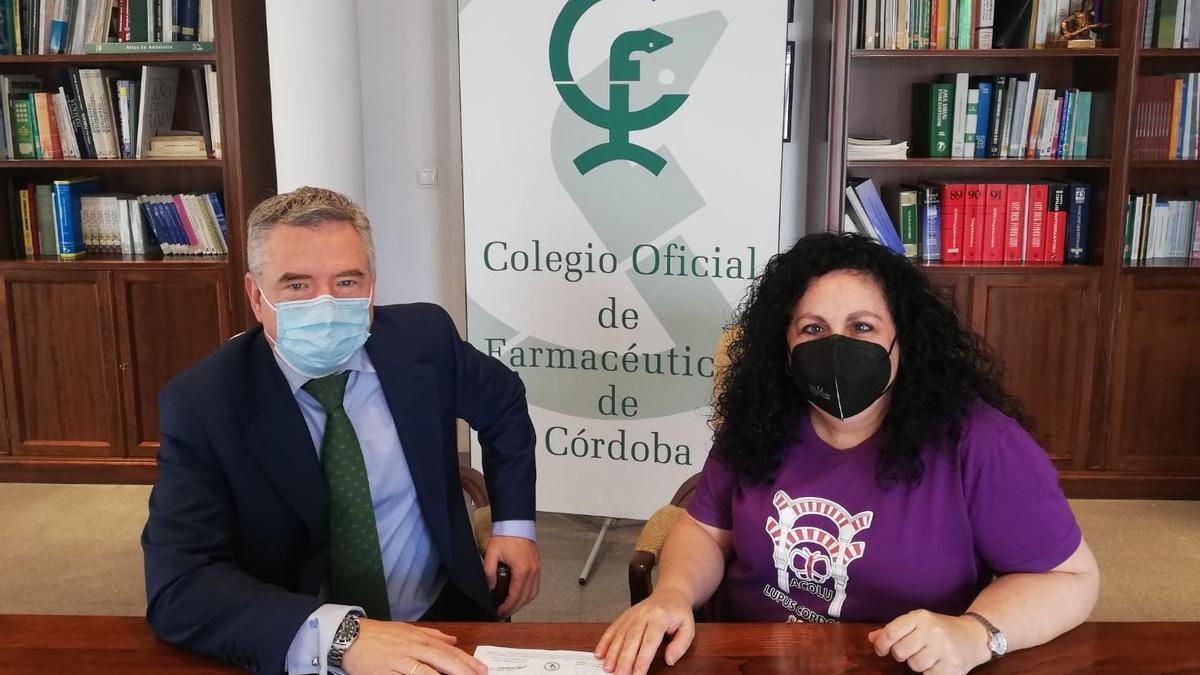 El presidente del Colegio de Farmacéuticos, con la presidenta de Acolu.