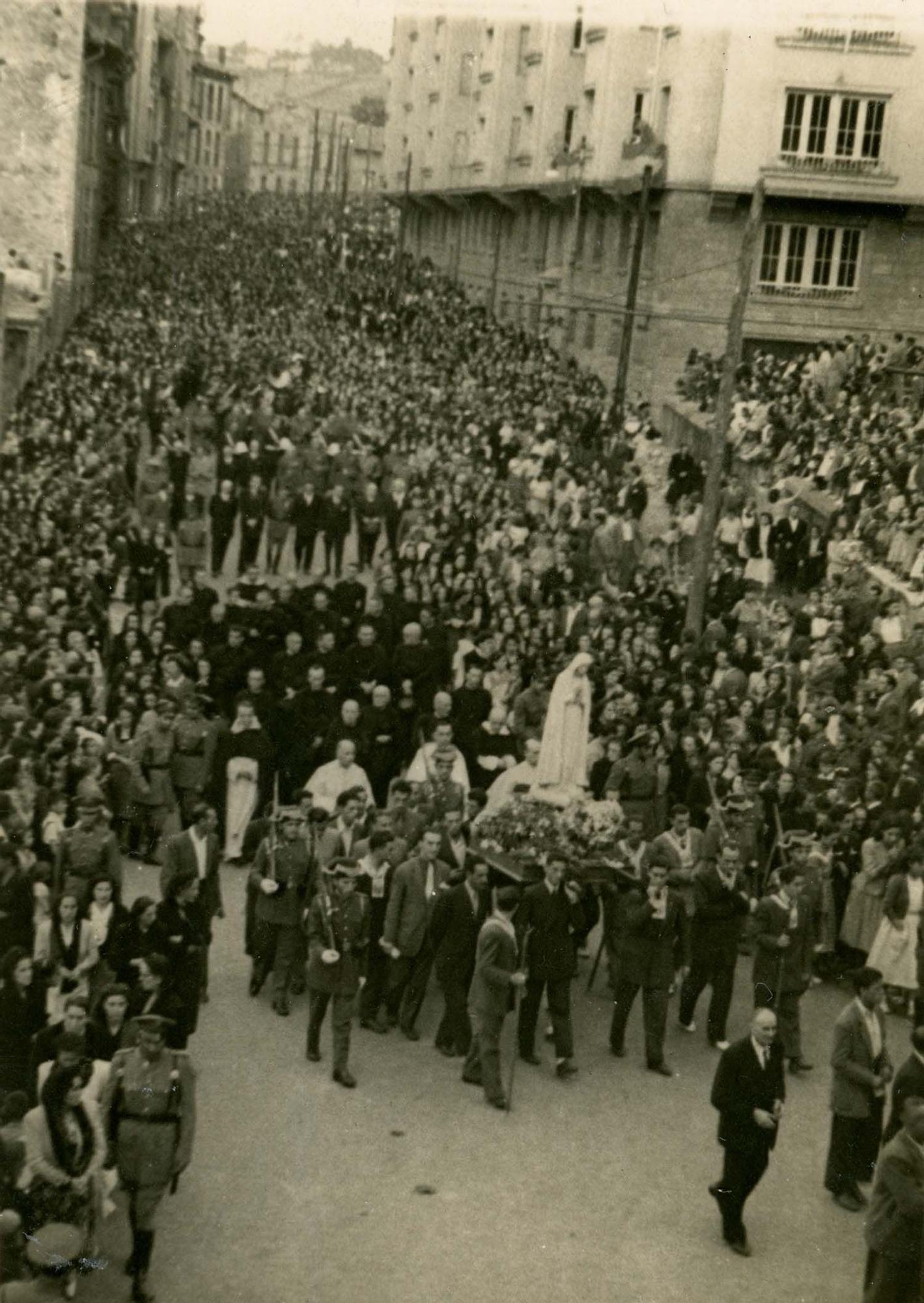 Procesión de la Virgen de Fátima por la calle Arzobispo Guisasola, Oviedo, 23/7/1949 | Donación María Luisa López Llano