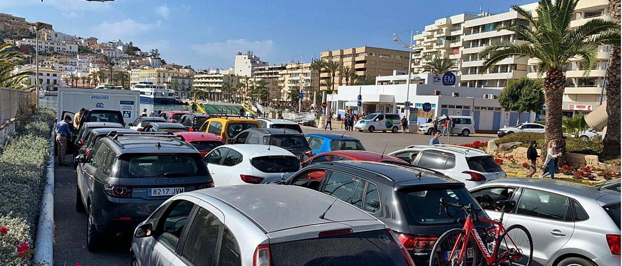 Coches esperando embarcar en el puerto de Ibiza hacia Formentera.