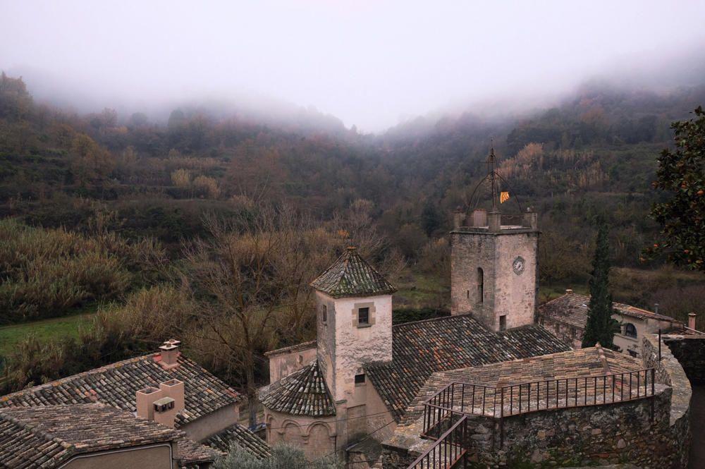 Mura. En aquesta imatge, que ens ha fet arribar un dels nostres lectors, podem veure el campanar de Mura amb la boira que envolta el petit i encantador poble de la comarca del Bages