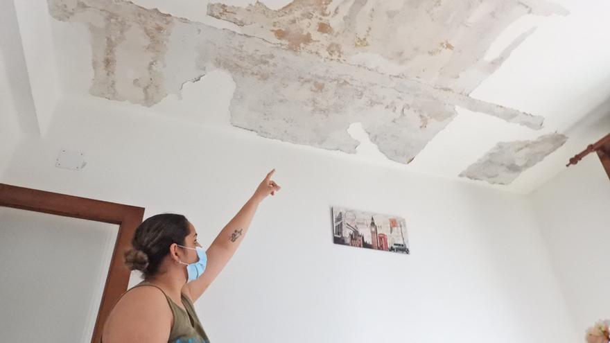 """El """"piso de los horrores"""" de Ourense: """"Vivimos con los niños y la abuela en el único cuarto donde no llueve"""""""