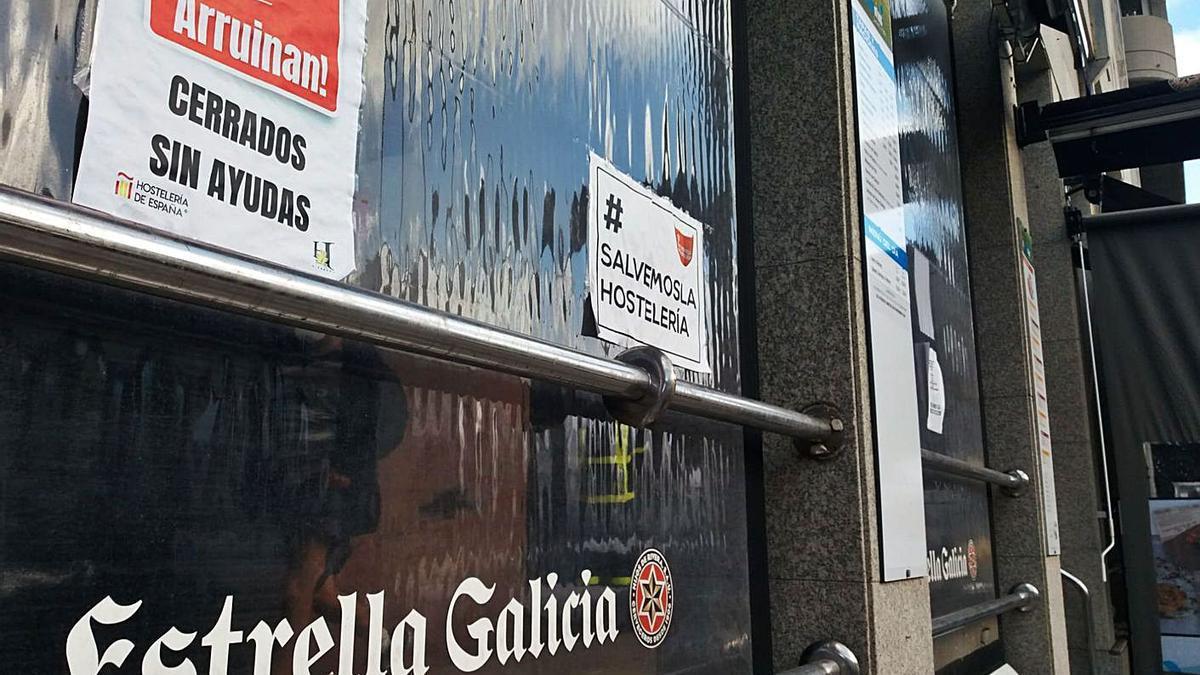 Cartel de cierre en un negocio de hostelería en A Coruña. |   // VICTOR ECHAVE
