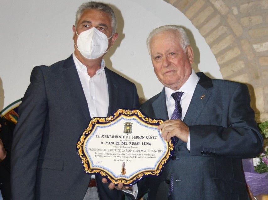 El alcalde de Fernán Núñez, Alfonso Alcaide, entrega una placa cerámica a Manuel del Rosal.