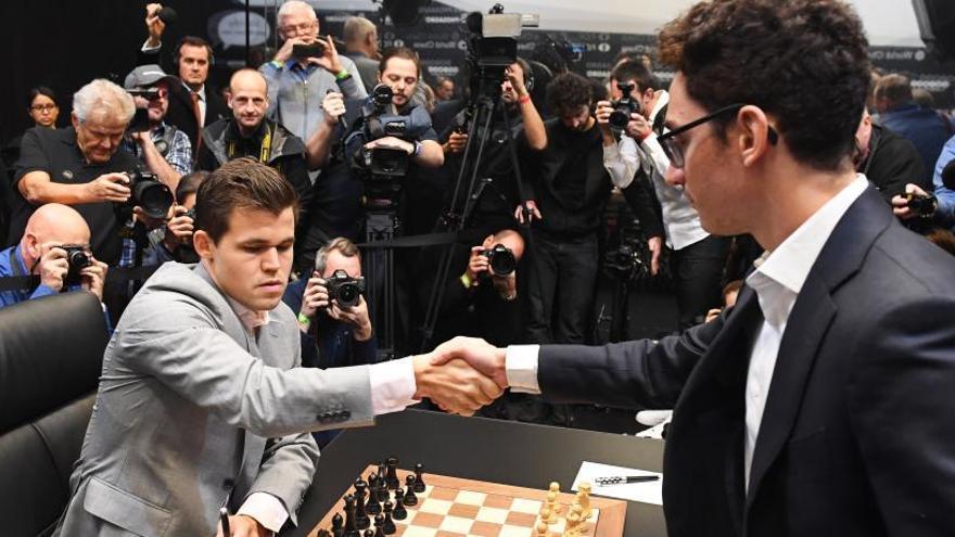 Carlsen regala tablas a un apurado Caruana y se van al desempate