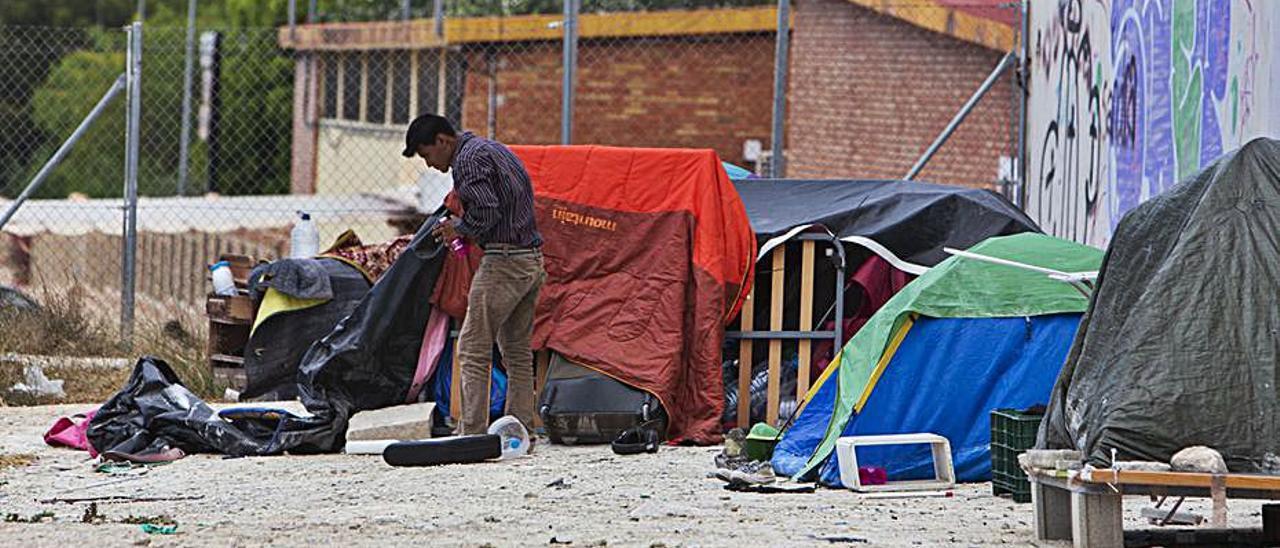 Zona de acampada de personas sintecho junto al albergue.