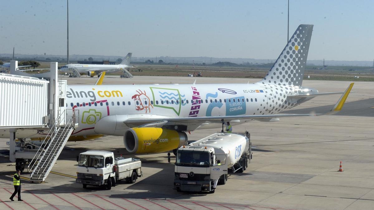 El avión de Vueling rotulado con la publicidad de A Coruña